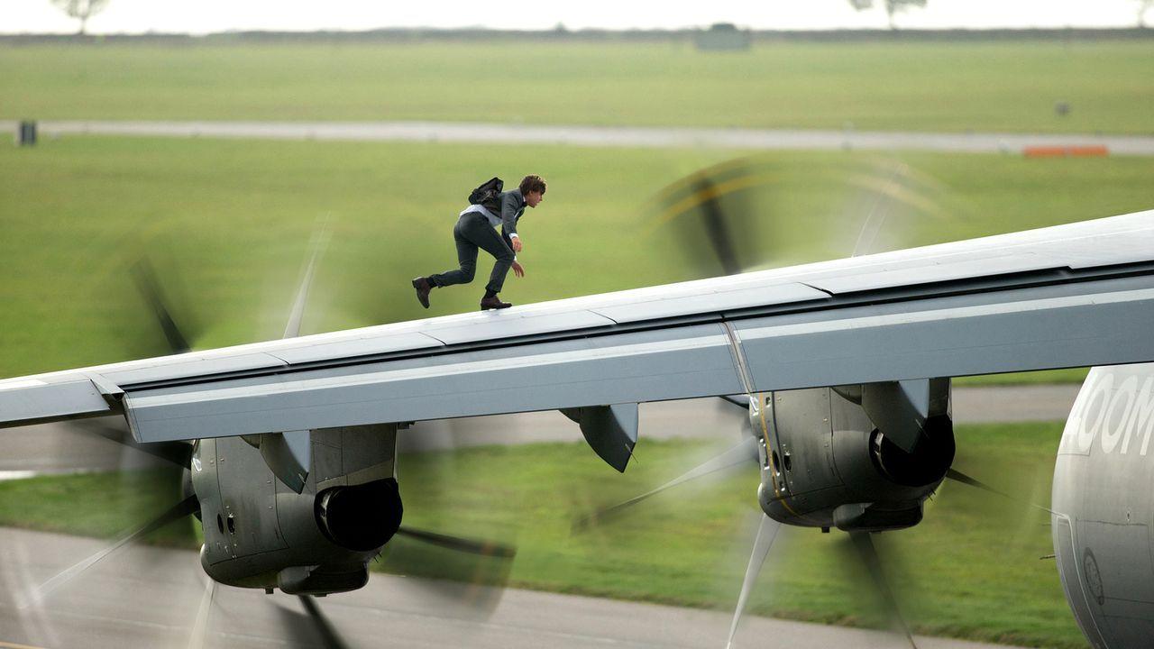 Ethan Hunt (Tom Cruise) riskiert sein Leben, damit Syndikat den USB-Stick mit den Zugriffsdaten für mehrere Bankkonten nicht in die Finger bekommt .... - Bildquelle: Christian Black 2015 PARAMOUNT PICTURES. ALL RIGHTS RESERVED.