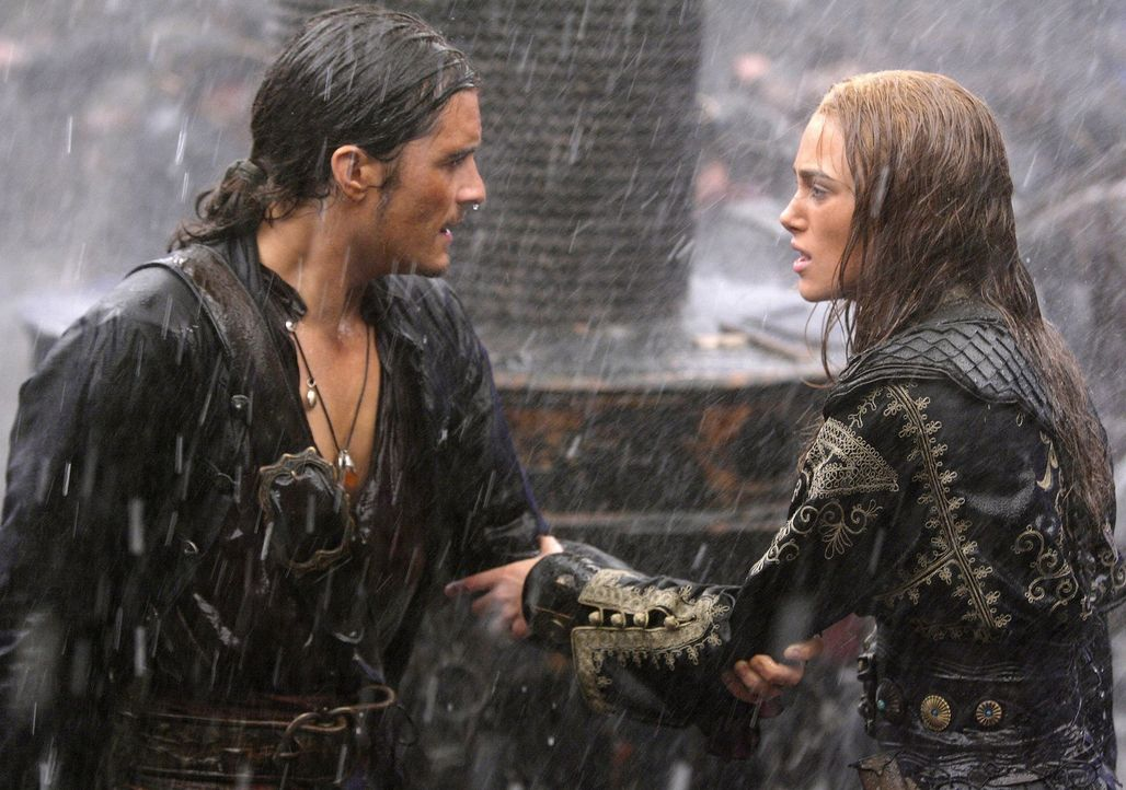 Will Turner (Orlando Bloom, l.) spielt nicht mit offenen Karten und gefährdet so seine Liebe zu Elizabeth (Keira Knightley, r.) ... - Bildquelle: Peter Mountain Disney Enterprises, Inc.  All rights reserved