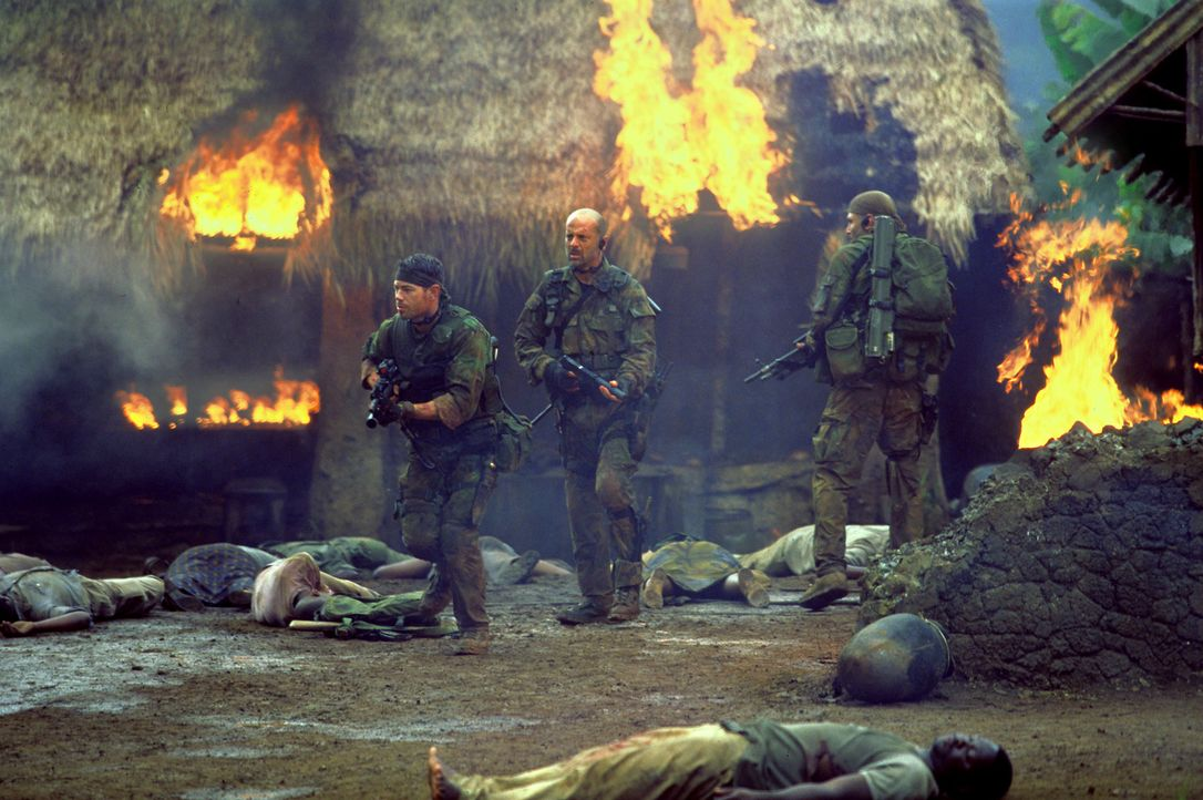 Waters (Bruce Willis, 2.v.l.) und seine Männer (Paul Francis , l., Chad Smith, r.) werden Zeuge, wie brutal die Rebellen gegen die Bevölkerung vor... - Bildquelle: 2004 Sony Pictures Television International. All Rights Reserved.