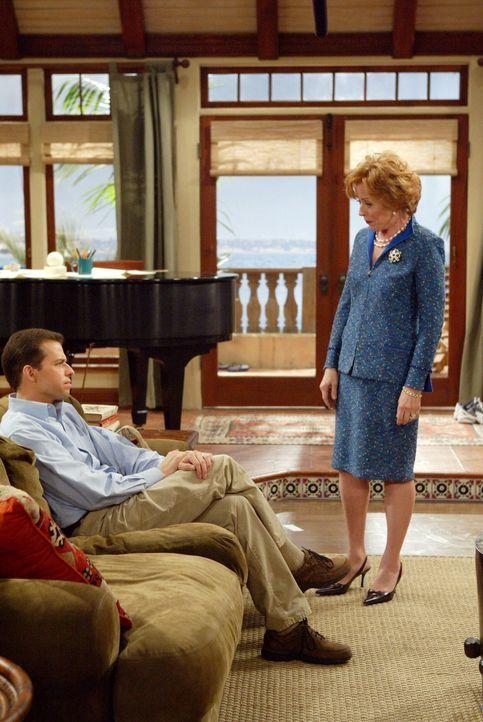 Während Alan (Jon Cryer, l.) mit seiner Frau ausgeht, um seine Ehe zu retten, verbringen Charlie und der kleine Jake eine Pokerrunde mit Freunden.... - Bildquelle: Warner Brothers Entertainment Inc.
