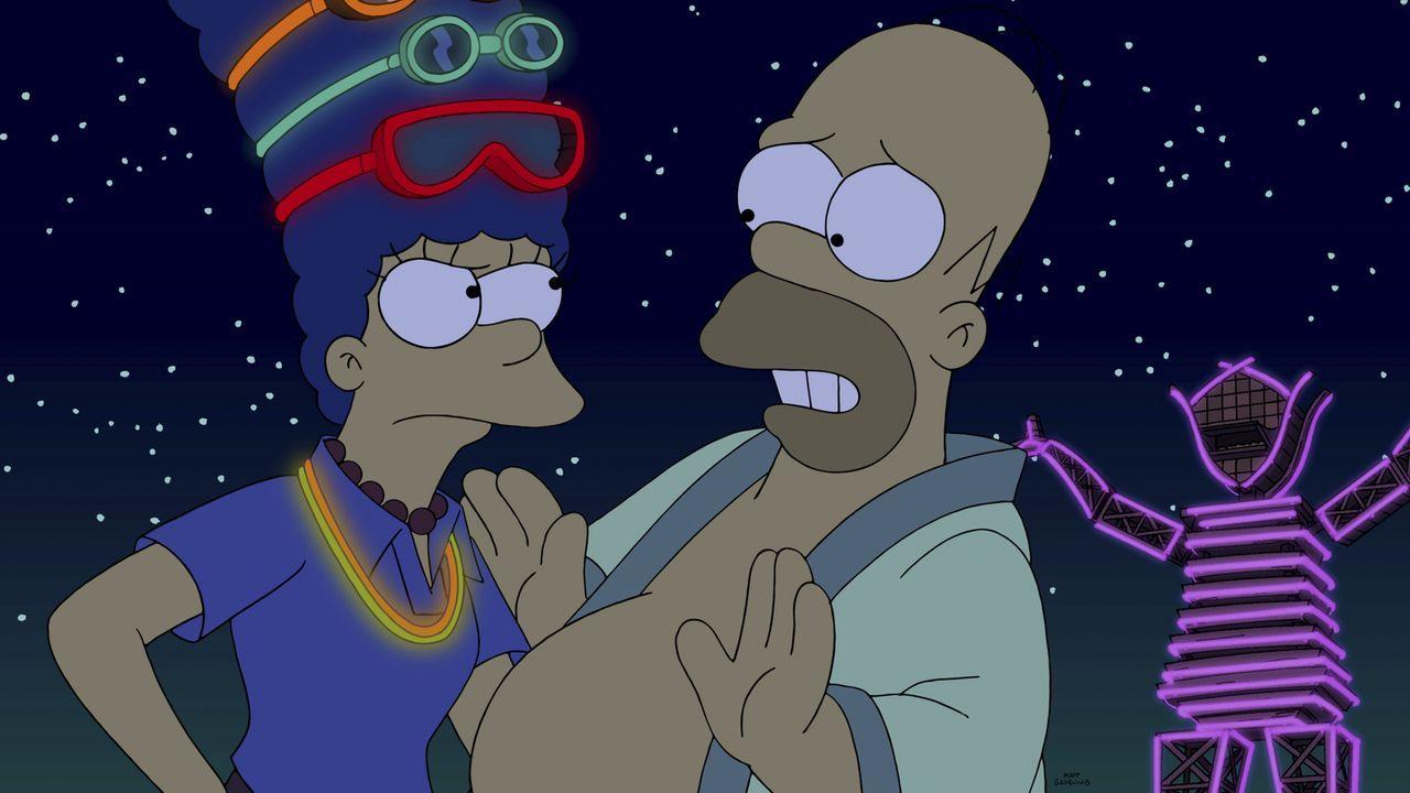 Schafft es Homer (r.) zu verheimlichen, dass er Marge (l.) und die Kinder auf ein Drogenfestival mitgenommen hat? - Bildquelle: 2014 Twentieth Century Fox Film Corporation. All rights reserved.