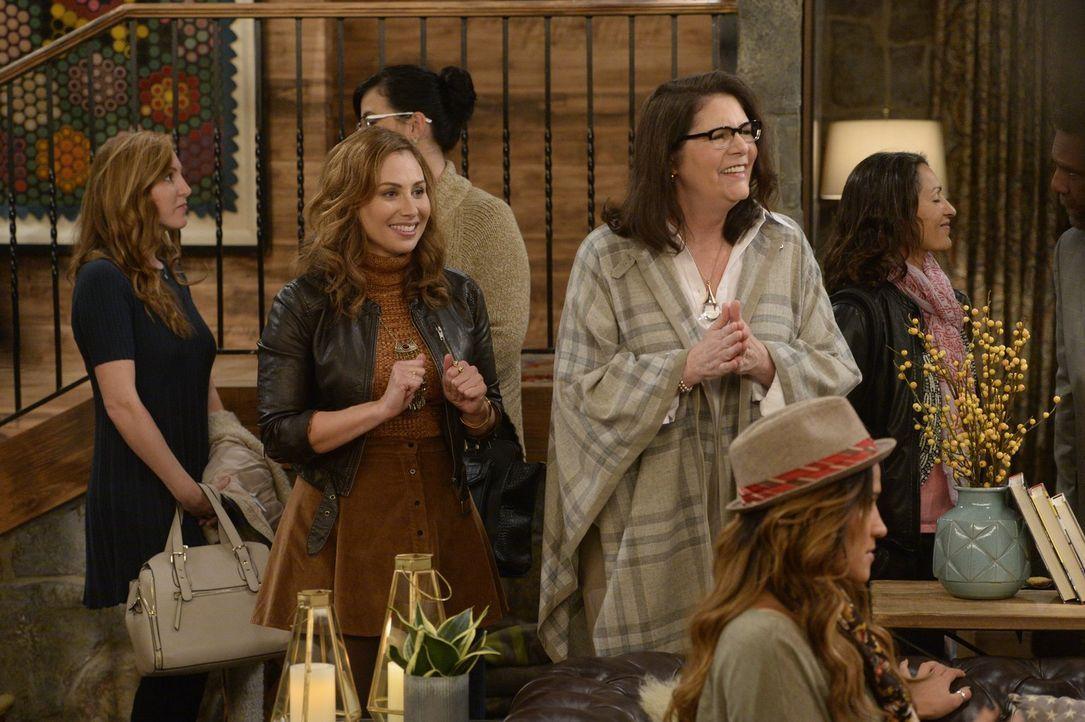 Sind das die neuen besten Freundin von Max und Caroline? Rachel (Mery Hathaway, l.) und Elaine (Mo Gaffney, r.) ... - Bildquelle: 2015 Warner Brothers
