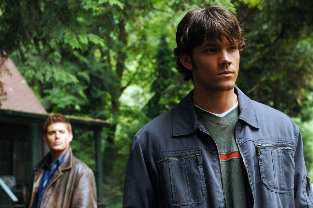 Auf der Suche nach neuen, mysteriösen Vorfällen stoßen Sam (Jared Padalecki, r.) und Dean (Jensen Ackles, l.) auf einen See indem mehrere Mensche... - Bildquelle: Warner Bros. Television