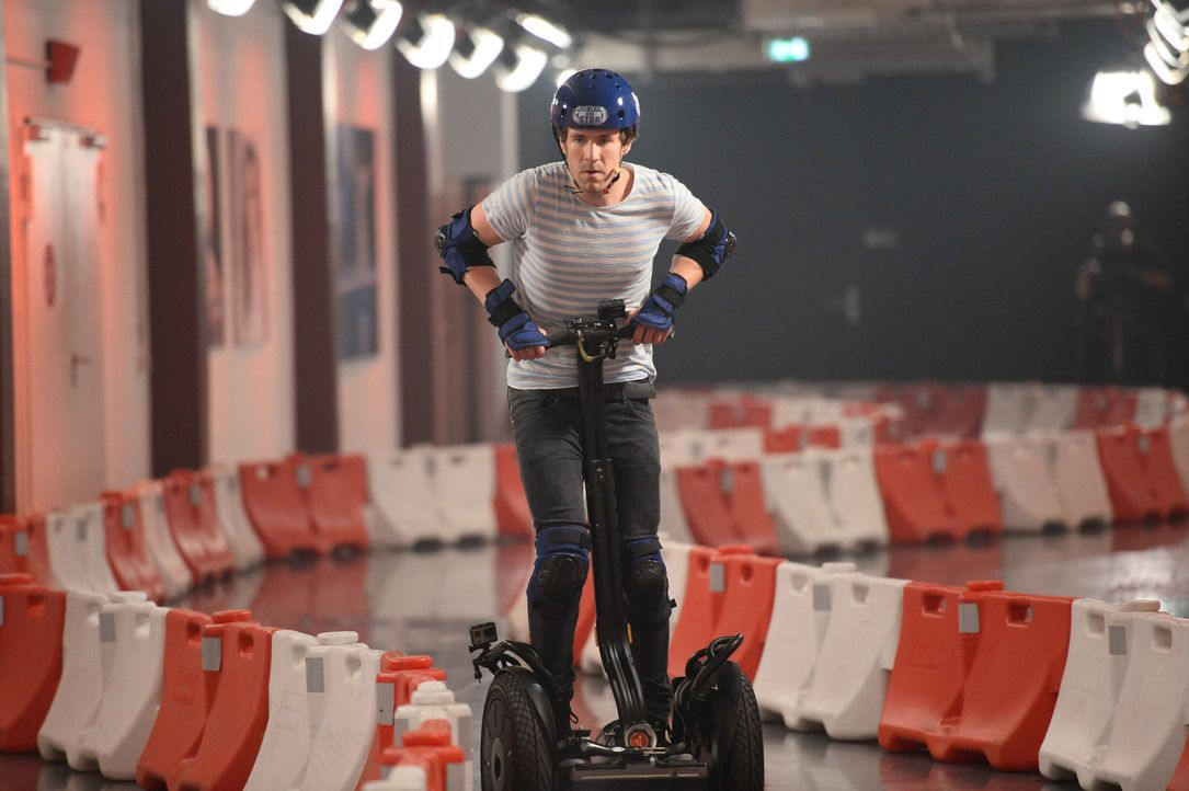 Kommt Luke Mockridge dem Gewinn mit dem Elektro-Roller ein Stückchen näher? - Bildquelle: Willi Weber ProSieben