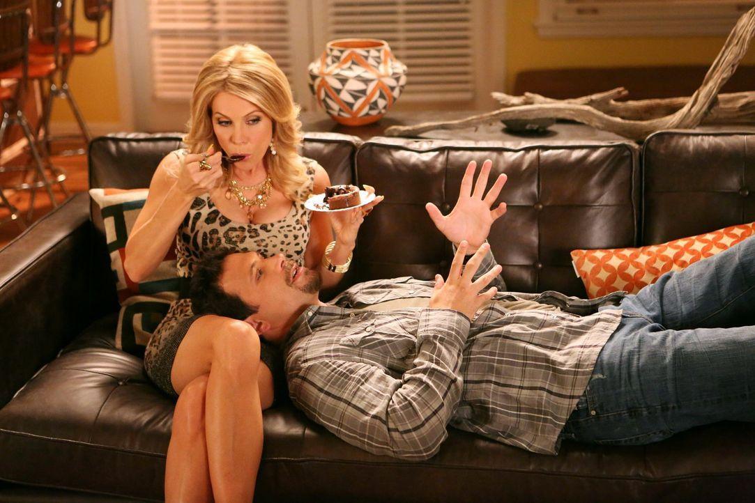 Sind glücklich miteinander: George (Jeremy Sisto, r.) und Dallas (Cheryl Hines, l.) ... - Bildquelle: Warner Brothers