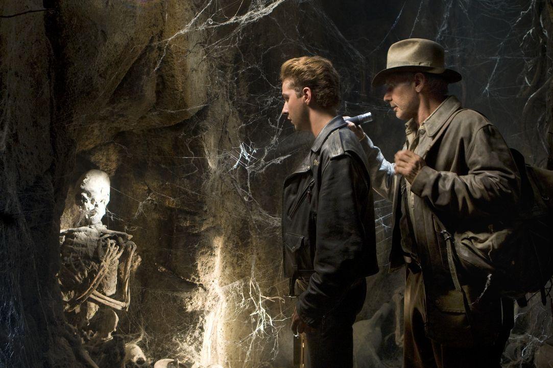 Als Jones (Harrison Ford, r.) erfährt, dass sein befreundeter wissenschaftlicher Kollege Professor Oxley auf der Suche nach dem Kristallschädel ve... - Bildquelle: Lucasfilm Ltd. & TM. All Rights Reserved