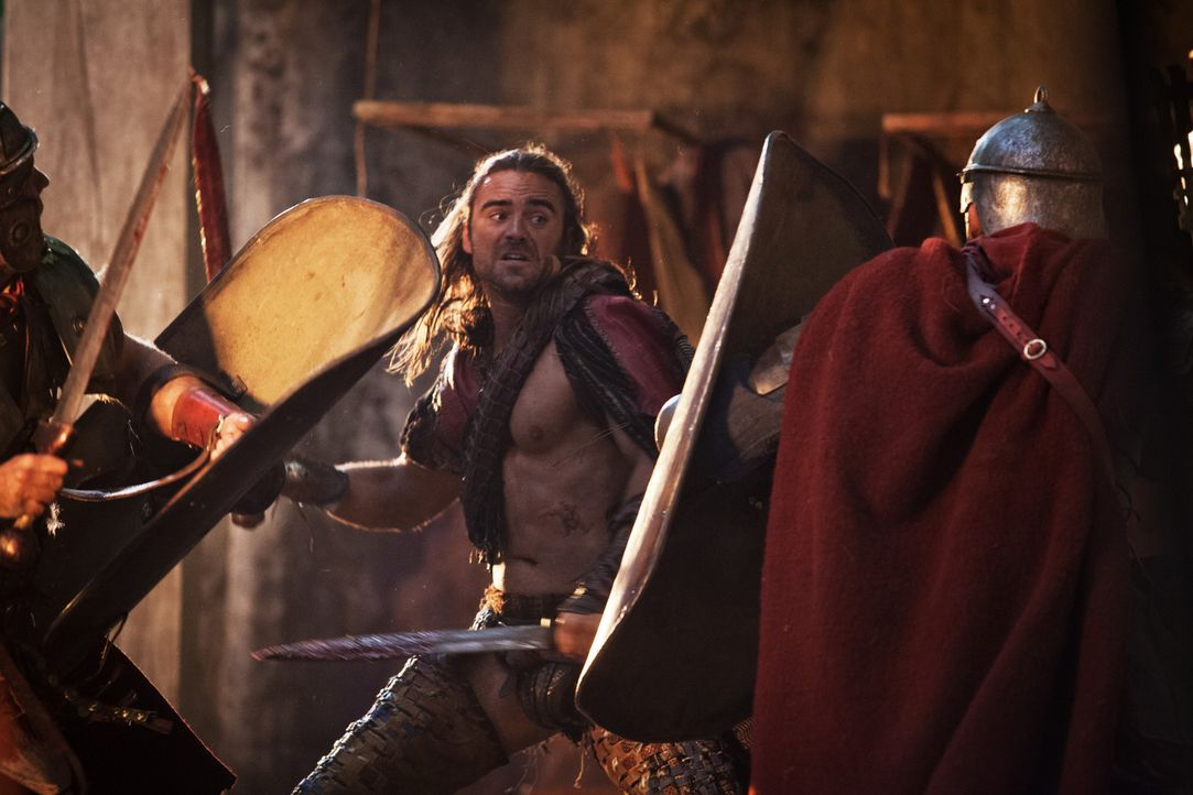 Als Römer mit Hilfe eines Tricks in die Stadt kommen, muss Gannicus (Dustin Clare) Wein, Weib und Gesang ganz schnell vergessen ... - Bildquelle: 2012 Starz Entertainment, LLC. All rights reserved.