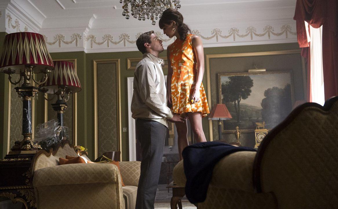 Der KGB-Agent Illya Kuryakin (Armie Hammer, l.) und die Berlinerin Gaby (Alicia Vikander, r.) sollen sich als Paar ausgeben, um so eine geheime Orga... - Bildquelle: Warner Bros.