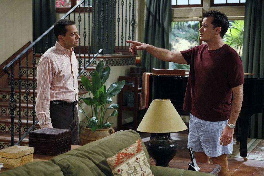 Sind sich mal wieder nicht einig: Charlie (Charlie Sheen r.) und Alan (Jon Cryer, l.) ... - Bildquelle: Warner Bros. Television