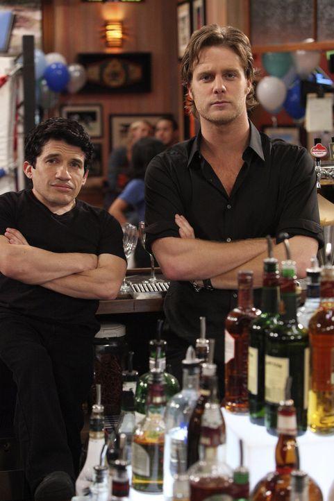 Ricks (Jake McDorman, r.) alte Freundin Nikki fängt in der Bar zu arbeiten an. Während er sich darüber freut, sind Todd (Mark Povinelli, l.) und... - Bildquelle: Warner Brothers