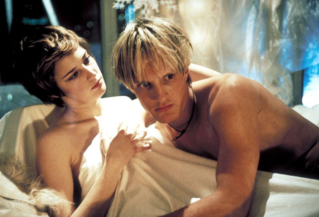Endlich bekommt Frank (Niki Jondral, r.) die einmalige Chance, seine Traumfrau Vanessa (Jana Straulino, l.) für sich zu gewinnen. Da wird ihm klar,... - Bildquelle: ProSieben