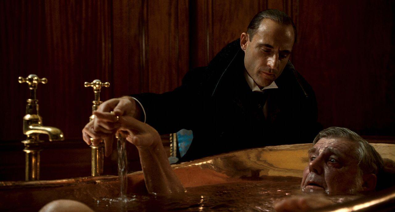 Tötet seinen eigenen Vater (James Fox, r.): Lord Blackwood (Mark Strong, l.) ... - Bildquelle: Warner Brothers