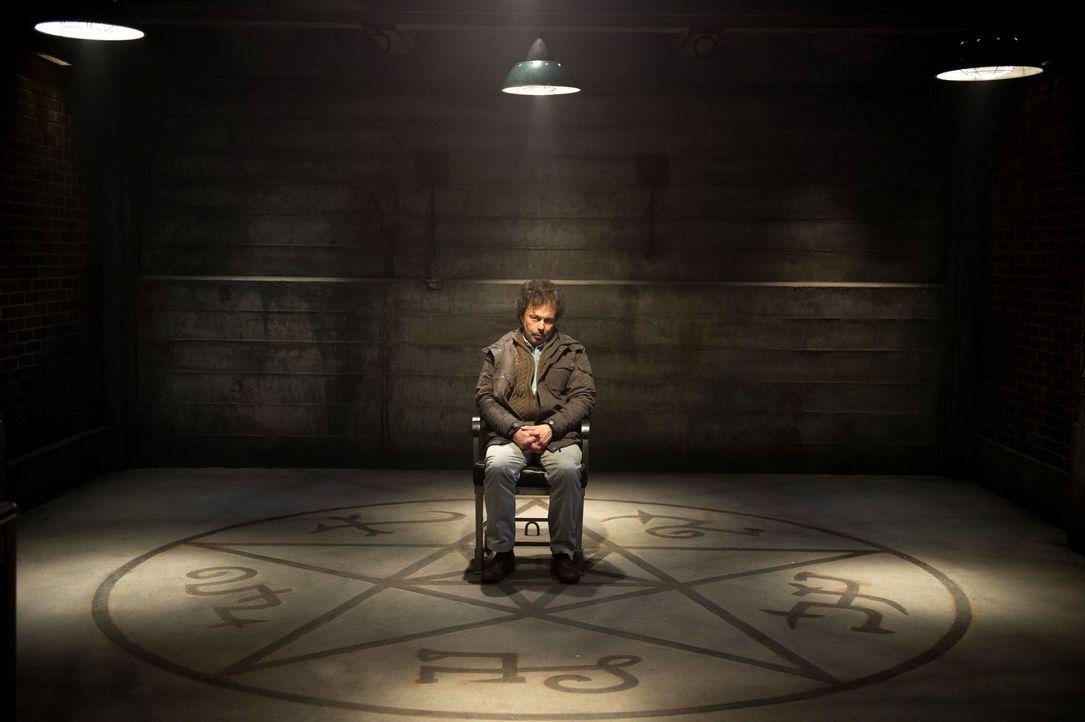 Metatron (Curtis Armstrong) gibt Sam und Dean einen Tipp, wie sie das Mal loswerden könnten, doch dafür ist eine ganz besondere Zutat von Nöten - di... - Bildquelle: 2016 Warner Brothers