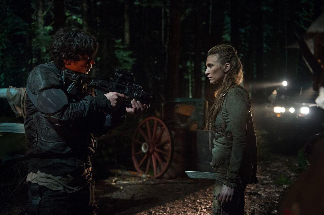 Was wird passieren, wenn Niylah (Jessica Harmon, r.) erkennt, dass Bellamy (Bob Morley, l.) an dem Angriff auf ihren Vater beteiligt war? - Bildquelle: 2014 Warner Brothers