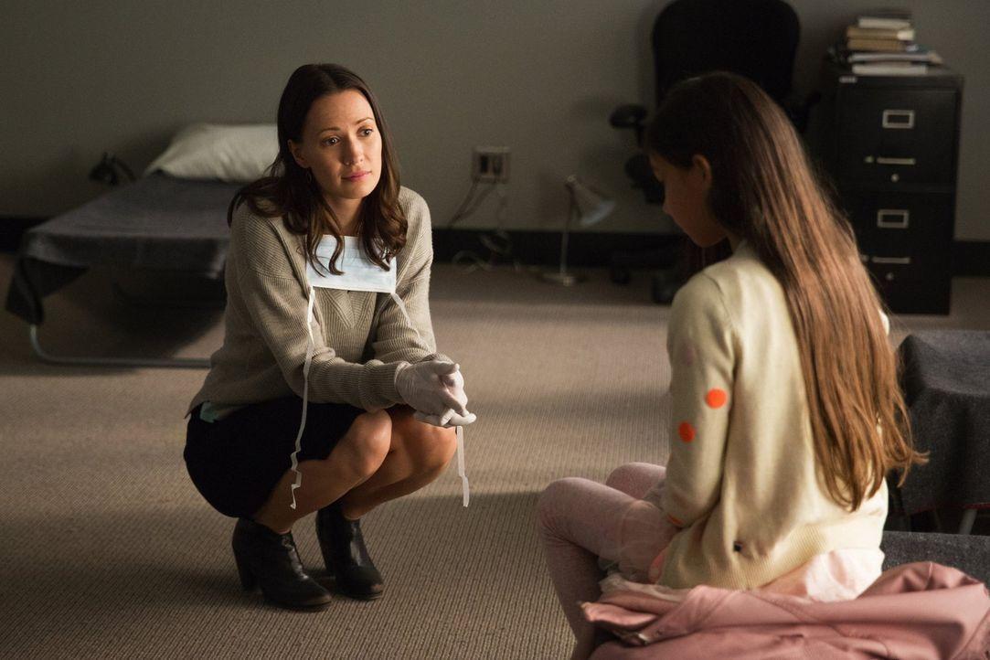 Die Stimmung innerhalb der Quarantäne droht zu kippen. Gelingt es Katie (Kristen Gutoskie, l.), Mary (Adin Steckler, r.) und die restlichen Kinder i... - Bildquelle: Warner Brothers