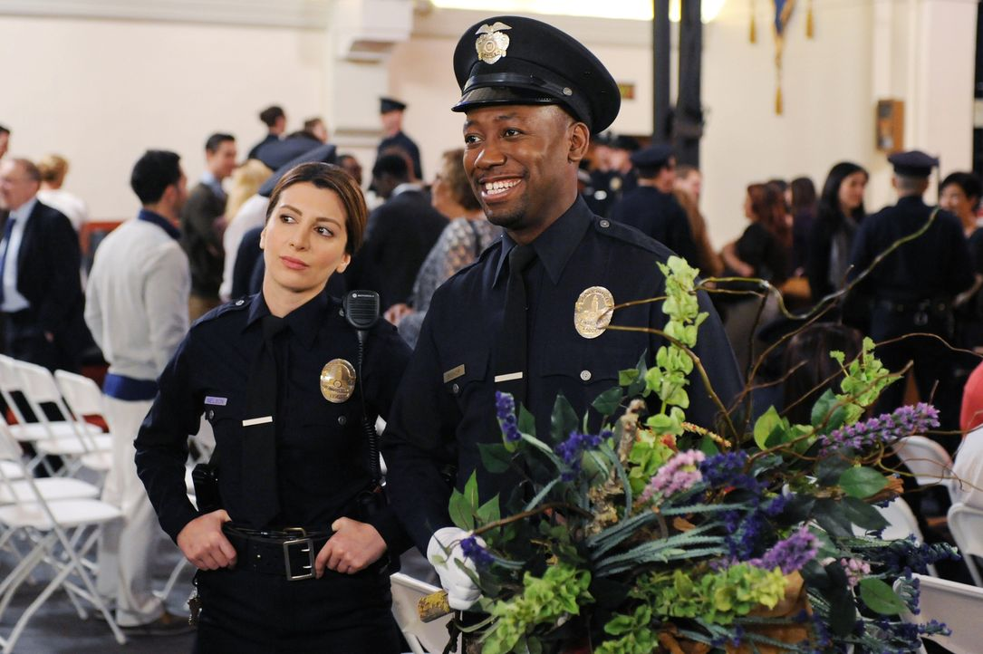 Kurz nachdem Winston (Lamorne Morris, r.) seinen Abschluss an der Polizeischule gemacht hat, trifft er auf seine neue Ausbilderin Aly (Nasim Pedrad,... - Bildquelle: 2015 Twentieth Century Fox Film Corporation. All rights reserved.
