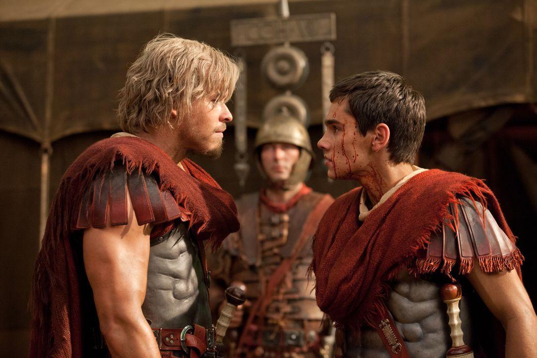Weil Tiberius (Christian Antidormi, r.) stinkesauer auf seinen Vater ist, weil dieser Julius Caesar (Todd Lasance, l.) bevorzugt, begeht er den fata... - Bildquelle: 2012 Starz Entertainment, LLC. All rights reserved.