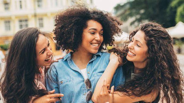 Glatte, sanfte, wilde Locken - wir berichten über die Haartypen mit lockigem...