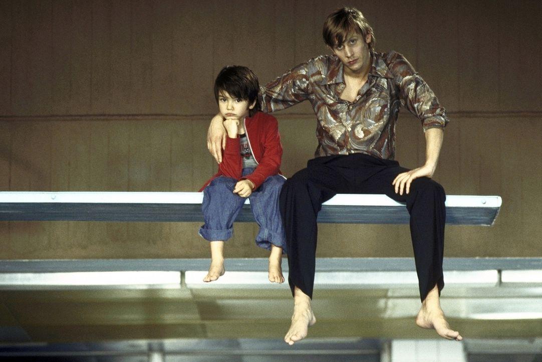 Können sich anfangs nicht leiden: Felix (Martin Glade, r.) und der kleine Paul (Nikita Wokurka, l.) ... - Bildquelle: ProSieben