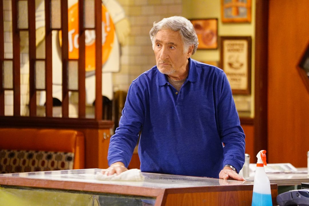 Noch ahnt Arthur (Judd Hirsch) nicht, dass die aktuelle Wohnsituation seines Angestellten Franco bald für einige Probleme sorgen wird ... - Bildquelle: Sonja Flemming 2016 CBS Broadcasting, Inc. All Rights Reserved.