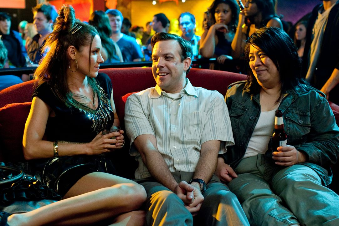 (v.l.n.r.) (Carly Craig); Fred (Jason Sudeikis); (Kaliko Kauahi) - Bildquelle: Warner Bros.