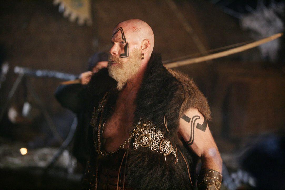 Noch ahnt König Gunnar (Ron Perlman) nicht, dass der Fremde in seinem Schlepptau ein tollwütiges Monster von einem anderen Stern mitgebracht hat,... - Bildquelle: Telepool
