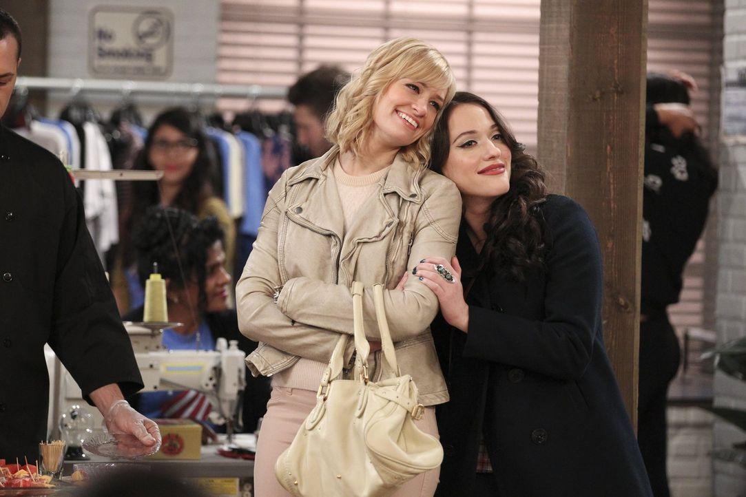 Noch fühlen sich Caroline (Beth Behrs, l.) und Max (Kat Dennings, r.) mit den spaßigen Arbeitsbedingungen in der Fabrik sehr wohl ... - Bildquelle: Warner Bros. Television