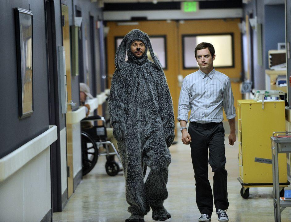 Um Jenna zu beeindrucken, will Ryan (Elijah Wood, r.) ehrenamtlich in einem Hospiz arbeiten. Wilfred (Jason Gann, l.) ist von der Idee alles andere... - Bildquelle: 2011 FX Networks, LLC. All rights reserved.
