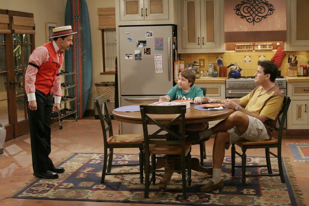 (v.l.n.r.) Alan Harper (Jon Cryer); Jake Harper (Angus T. Jones); Charlie Harper (Charlie Sheen) - Bildquelle: Warner Bros. Entertainment, Inc.