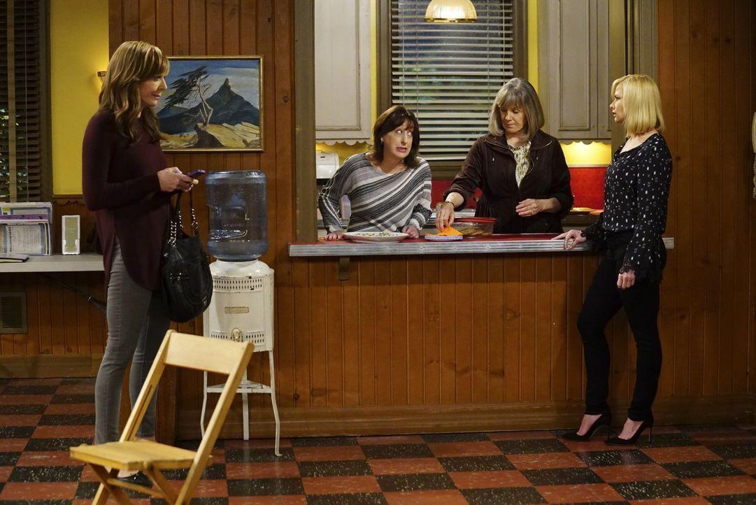 Noch ahnen Bonnie (Allison Janney, l.), Wendy (Beth Hall, 2.v.l.), Marjorie (Mimi Kennedy, 2.v.r.) und Jill (Jaime Pressly, r.) nicht, welche verhee... - Bildquelle: 2017 Warner Bros.