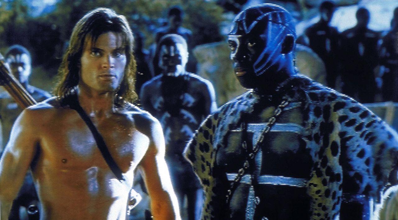 Mit der Unterstützung seiner ehemaligen Weggefährten nimmt Tarzan (Caspar an Dien, l.) den Kampf gegen eine Bande brandschatzender Räuber auf. Di... - Bildquelle: VCL Communications