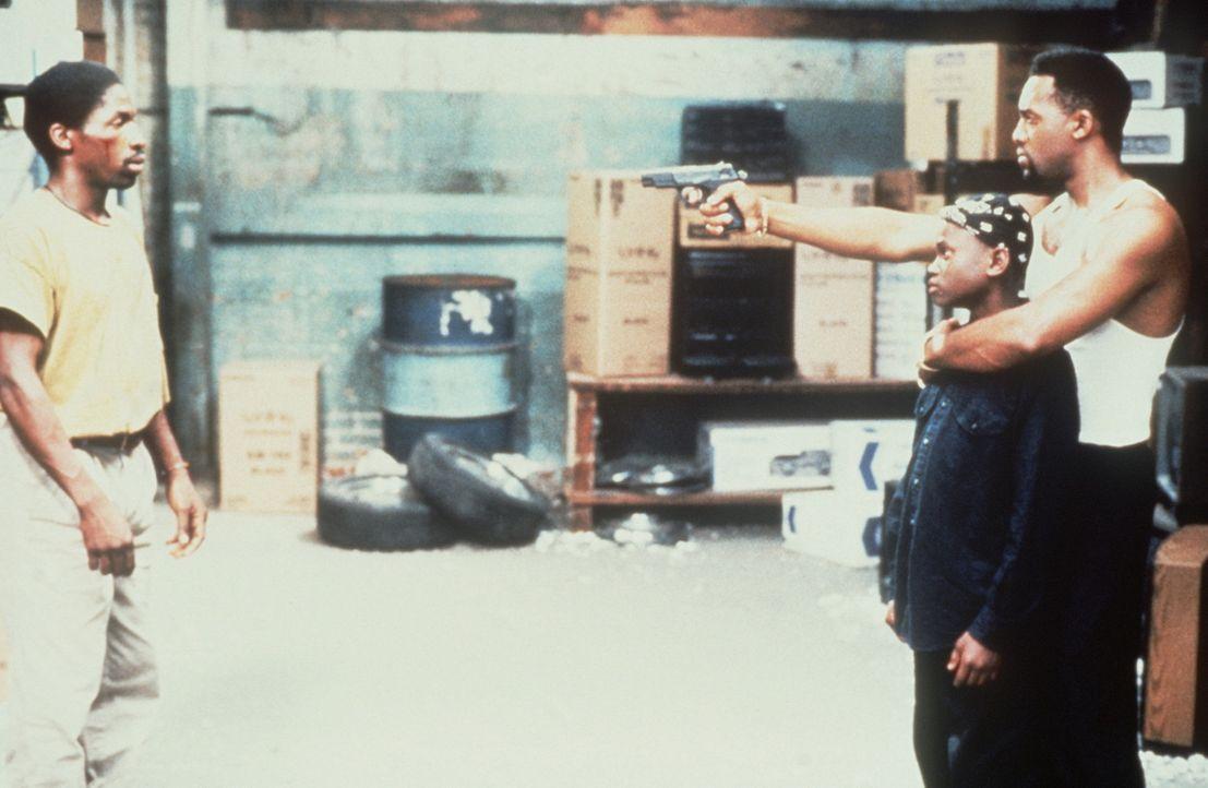 Nach seiner Entlassung aus dem Gefängnis versucht Bobby (Glenn Plummer, l.) verzweifelt, seinen Sohn Jimmie (Christian Coleman, M.) aus dem Teufels... - Bildquelle: Warner Bros.