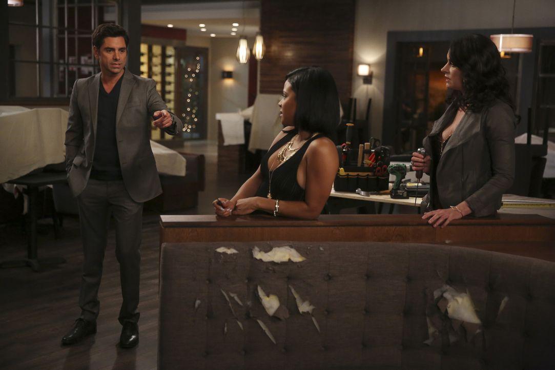 Weil Sara (Paget Brewster, r.) Jimmy (John Stamos, l.) vorwirft, er wäre süchtig nach Frauen, will er sie vom Gegenteil überzeugen und einen Abend n... - Bildquelle: Jordin Althaus 2016 ABC Studios. All rights reserved.