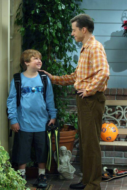 Alans Sohn Jake (Angus T. Jones, l.) nimmt sich den neuen, reichen Freund seiner Mutter Judith zum Vorbild, worunter Alan (Jon Cryer, r.) sehr leide... - Bildquelle: Warner Bros. Television