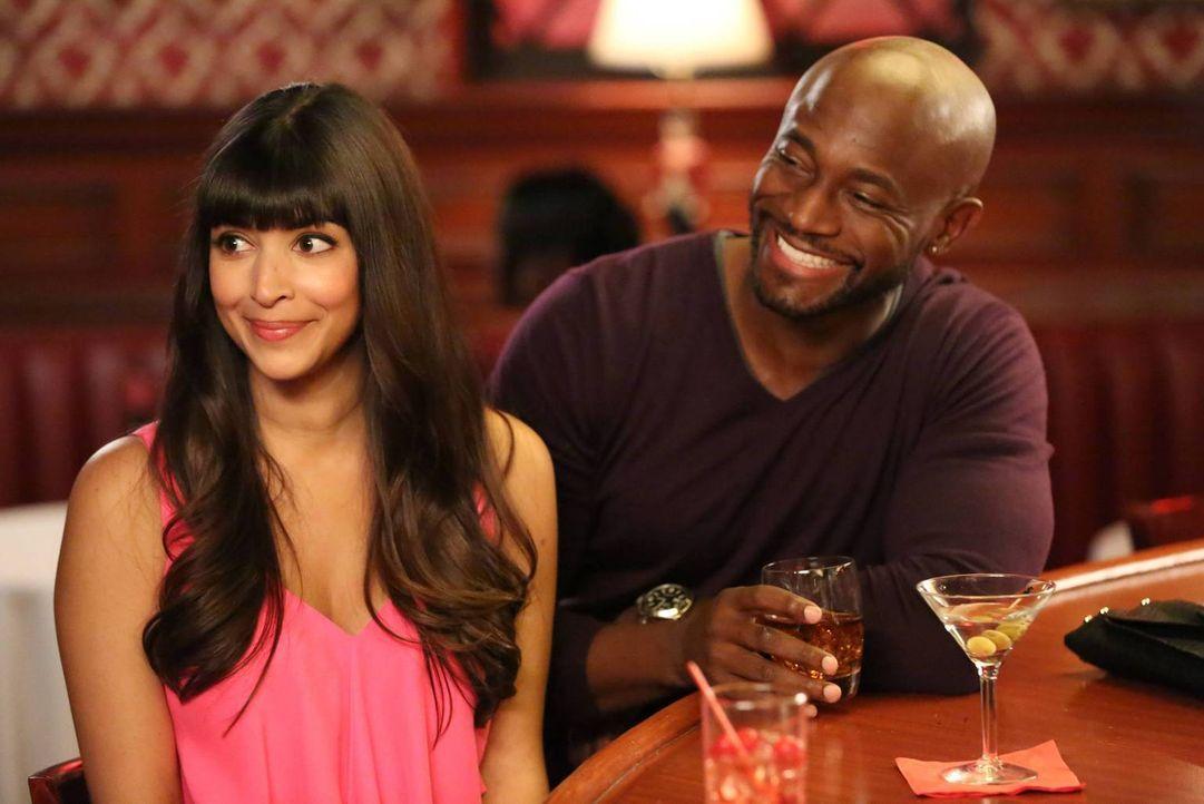 Obwohl Jess dagegen war, lädt Cece (Hannah Simone, l.) den attraktiven Kellner Artie (Taye Diggs, r.) in eine Bar ein. Doch damit ist der Abend noch... - Bildquelle: TM &   2013 Fox and its related entities. All rights reserved.