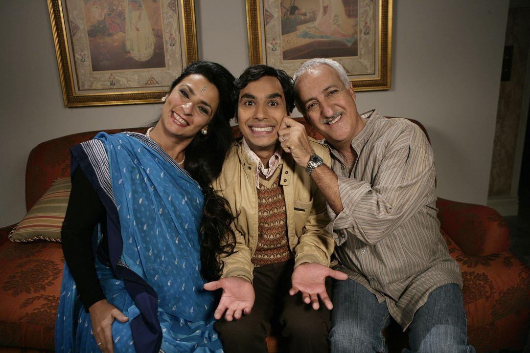 Dr. Koothrappali (Brian George, r.) und seine Frau (Alice Amter, l.) wollen ihren Sohn Raj (Kunal Nayyar, M.) mit Lalita, einer indischen Zahnmedizi... - Bildquelle: Warner Bros. Television
