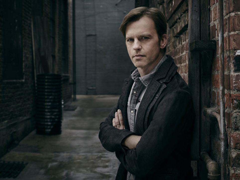 """(1. Staffel) - Der renommierte Journalist Leonard """"Leo"""" Greene (Trevor St. John) beschäftigt sich von außerhalb der Quarantäne intensiv mit dem Ausb... - Bildquelle: 2015 Warner Brothers"""