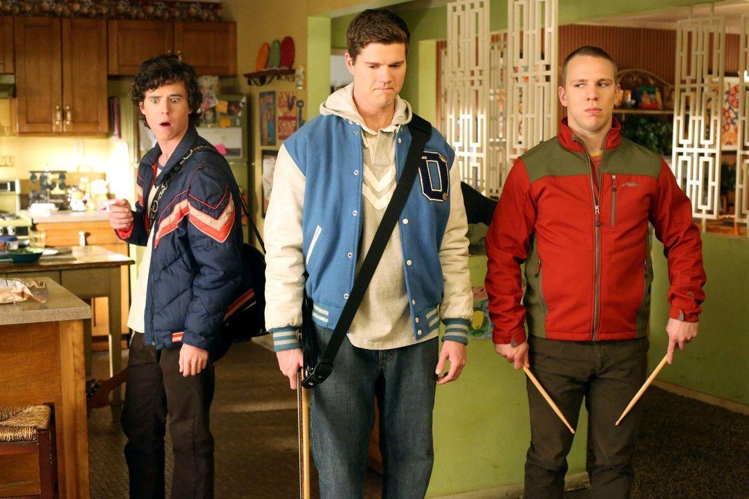 Während Axl (Charlie McDermott, l.) und Sean (Beau Wirick, M.) nicht ahnen, dass ihr bester Freund Darrin (John Gammon, r.) Gefühle für Axls Schwest... - Bildquelle: Warner Brothers