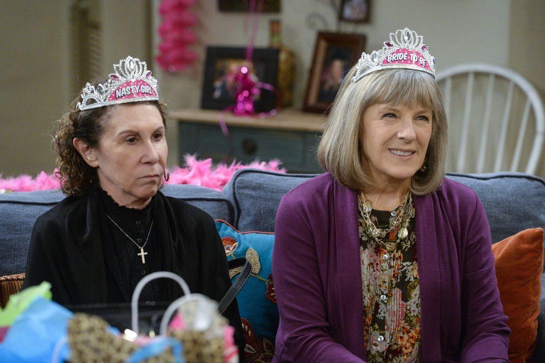 Marjorie (Mimi Kennedy, r.) will Victor heiraten und freut sich sehr über die Party, die Christy und ihre Freundinnen für sie geben. Wäre da nur nic... - Bildquelle: 2015 Warner Bros. Entertainment, Inc.