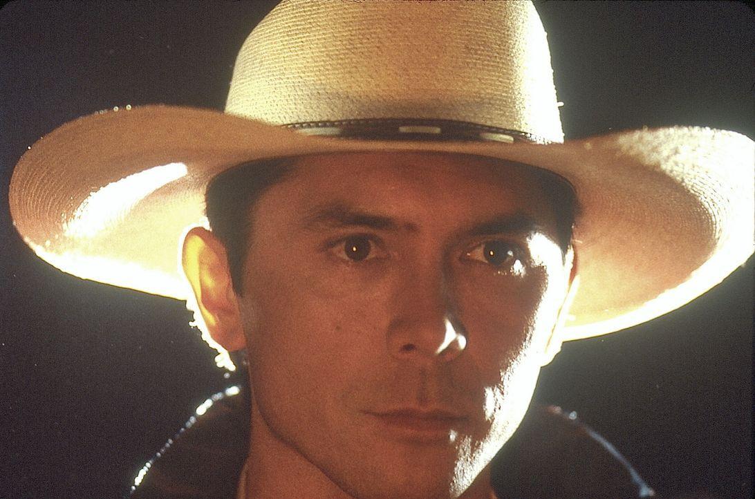 Sheriff Emmett Kimsey (Lou Diamond Phillips) muss sich seit neuestem mit völlig zermatschten Opfern herumplagen ... - Bildquelle: COLUMBIA TRISTAR INTERNATIONAL TELEVISION