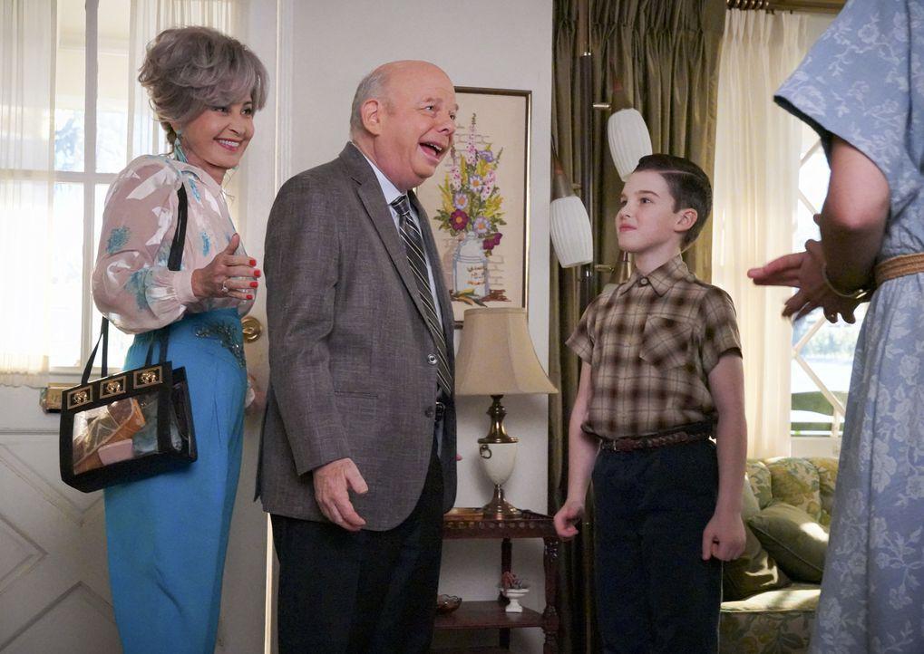 (v.l.n.r.) Meemaw (Annie Potts); Dr. Sturgis (Wallace Shawn); Sheldon (Iain Armitage) - Bildquelle: Bill Inoshita 2019 CBS Entertainment. All Rights Reserved. / Bill Inoshita