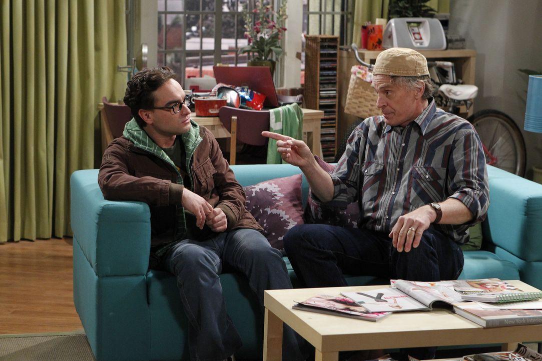 Wyatt (Keith Carradine, r.) will, dass Leonard (Johnny Galecki, l.) an Penny dranbleibt, denn er möchte einen netten und intelligenten Schwiegersohn... - Bildquelle: Warner Bros. Television