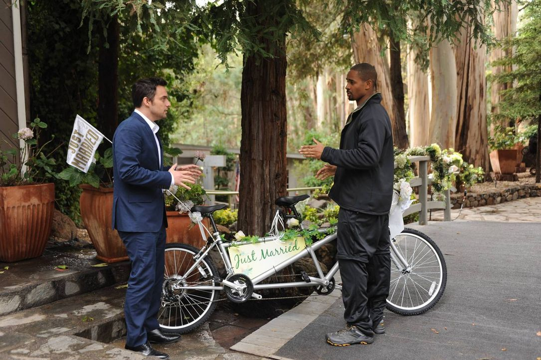 Immer für eine Überraschung gut: Nick (Jake Johnson, l.) und Coach (Damon Wayans Jr., r.) ... - Bildquelle: 2015 Twentieth Century Fox Film Corporation. All rights reserved.