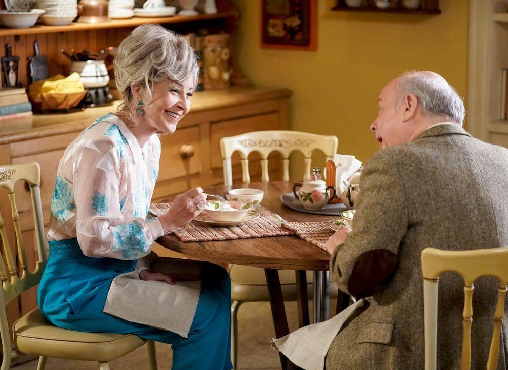 Meemaw (Annie Potts, l.) verbringt eine schöne Zeit mit Dr. Sturgis (Wallace Shawn, r.), doch er ist nicht ihr einziger Verehrer ... - Bildquelle: Warner Bros. Television