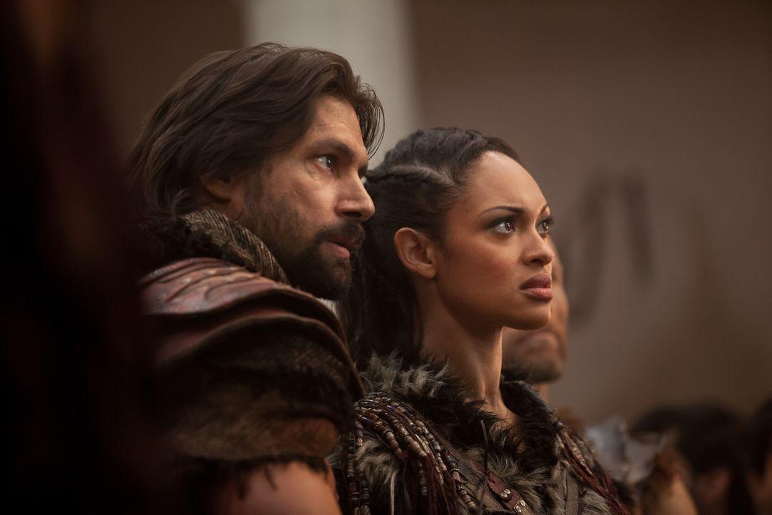 Weil Naevia (Cyntha Addai-Robinson, r.) und Crixus (Manu Bennett, l.) nicht verstehen können, warum Spartacus die gefangen genommenen Römer am Leben... - Bildquelle: 2012 Starz Entertainment, LLC. All rights reserved.
