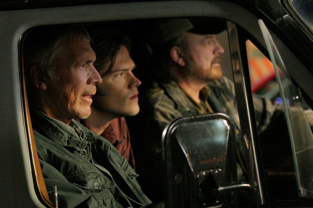 Dean (Chad Everett, l.) versucht, Bobby (Jim Beaver, r.) zu retten, indem er auch mit der männlichen Hexe pokert, und verliert. Er fängt an, sehr... - Bildquelle: Warner Bros.