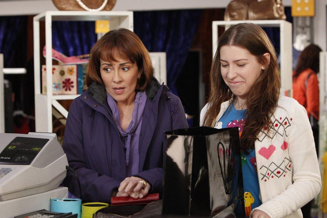 Um ihr Selbstwertgefühl zu steigern, kauft Frankie (Patricia Heaton, l.) ihrer Tochter Sue (Eden Sher, r.) eine trendige Jeans ... - Bildquelle: Warner Brothers