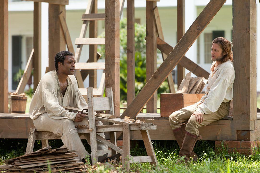 Nach zwölf Jahren Gefangenschaft in der Sklaverei schöpft der in die Sklaverei verschleppte Afroamerikaner Solomon (Chiwetel Ejiofor, l.) Hoffnung a... - Bildquelle: TOBIS FILM