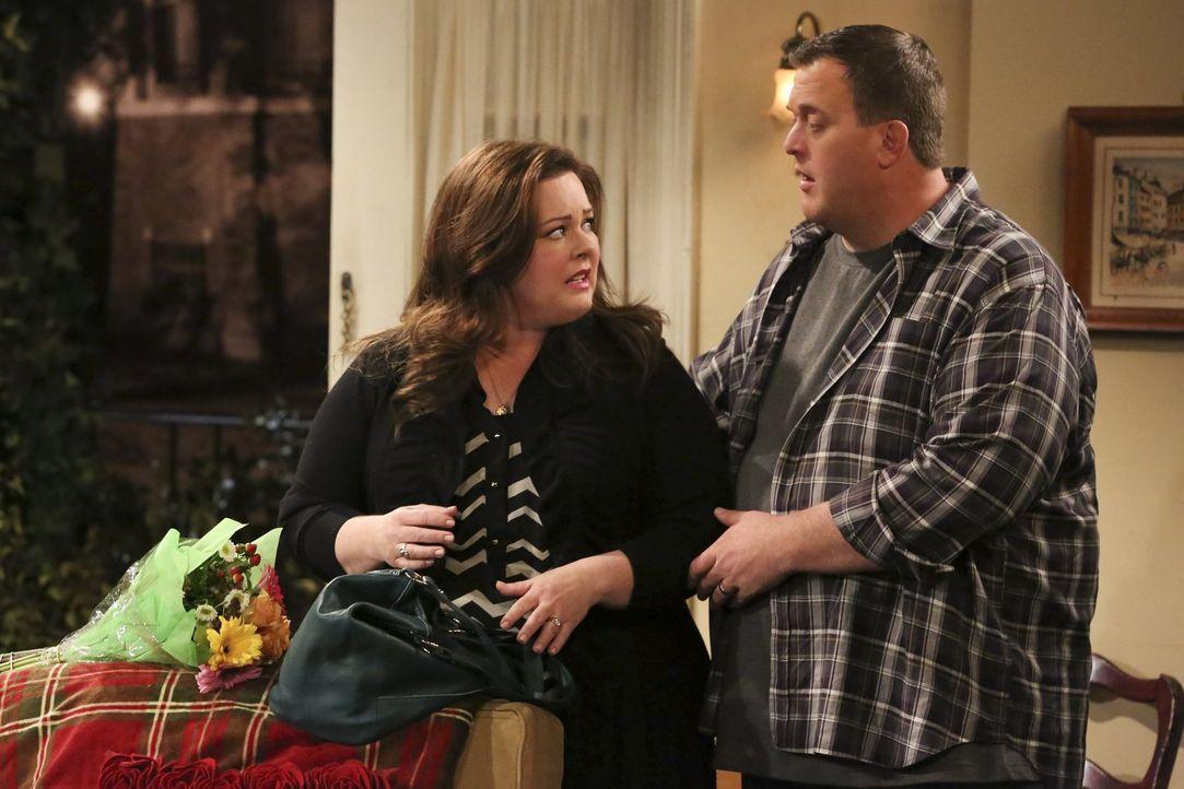 Molly (Melissa McCarthy, l.) ist sich nicht ganz sicher, ob die Renovierungsarbeiten in Peggys Haus wirklich von Mike (Billy Gardell, r.) und seinen... - Bildquelle: Warner Brothers