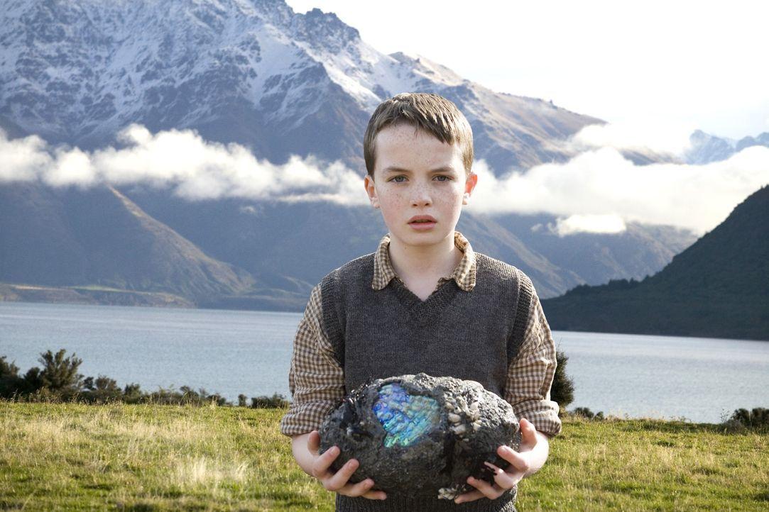 Der kleine Angus (Alex Etel) findet am Strand des Sees ein mysteriöses Ei. Und weil die Neugierde so groß ist, nimmt er es mit nach Hause ... - Bildquelle: CPT Holdings, Inc. All Rights Reserved. (Sony Pictures Television International)